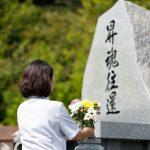 スタッフが合同墓にお花を供えている写真