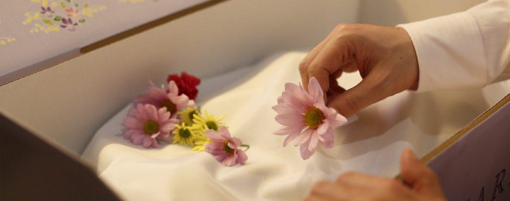 お花を手向けている写真