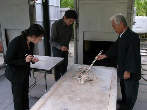 ペットの火葬後、ご利用者様とお骨上げをしている様子