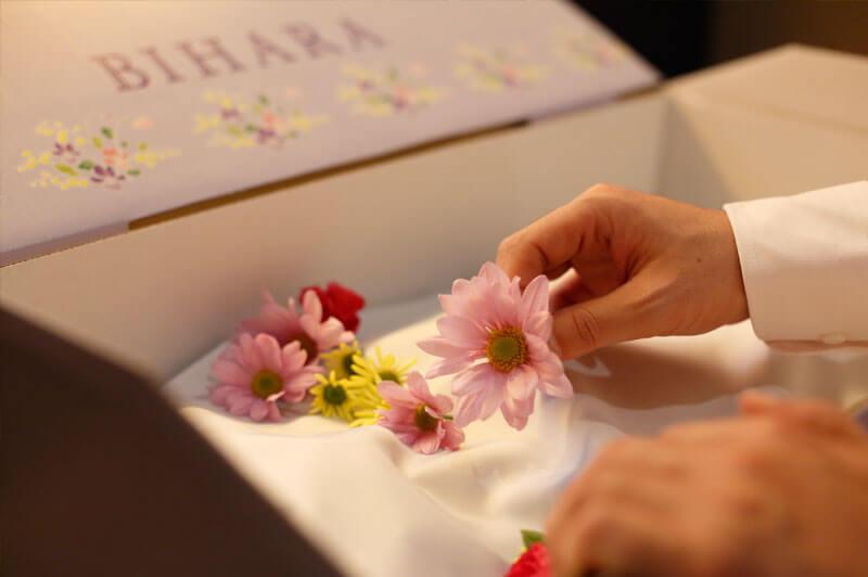 お柩に花を添えて